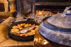 Europa, Kroatien, Istrien, Novigrad, Brtonigla, Konoba Astarea, traditionelles Landgasthaus mit offener Feuerstelle, Grill, Fisch-Peka an der Feuerstelle in Glut geschmort