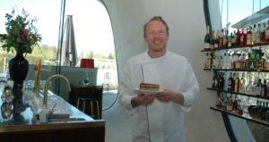 Küchenchef Daniels Kristallwelten Michael Huber mit einem Stück der Daniels Torte