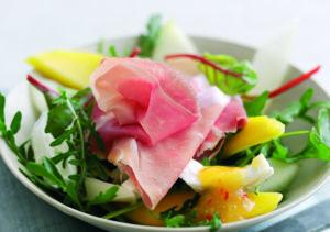 parmaschinken---salat---mango-melone-mozzarella-parmaschinken