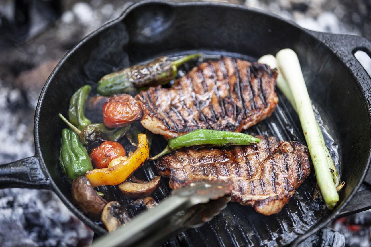 petromax---grill-feuerpfanne-mit-steaks-und-paprika