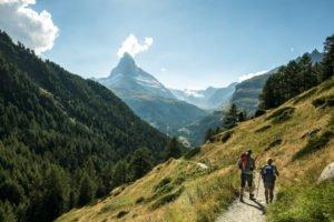 Wandern im Gebiet von Zermatt mit dem Matterhorn im Hintergrund. Foto:© Switzerland Tourism - By-Line: swiss-image.ch/Ivo Scholz