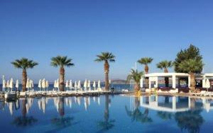 Alles Azurblau: Himml, Meer und Pool. So beginnt der Tag in der Lambrada TMT Hotelanlage in Bodrum.